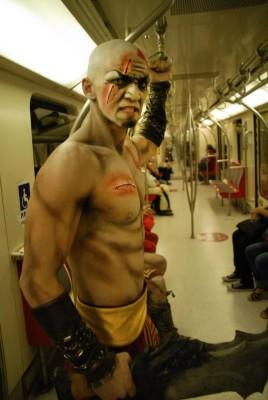 Kratos casualmente andando en el Metro