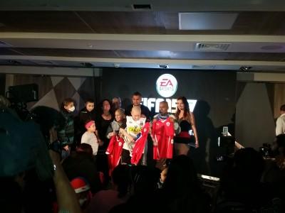 Aqui la foto de prensa con Arturo Vidal y algunos de los chicos que recibieron regalos