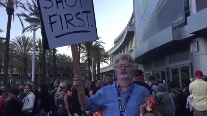 George Lucas protestando en la Star Wars Celebration.[CUALQUIER COSA NIUS]